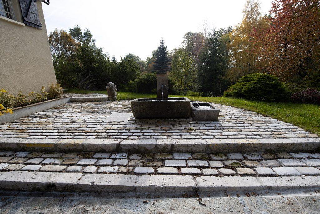 Création d'une fontaine avec un pavage ancien à Thoiry