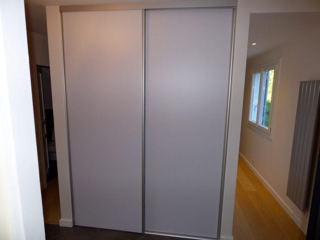Pose de portes de placard coulissantes