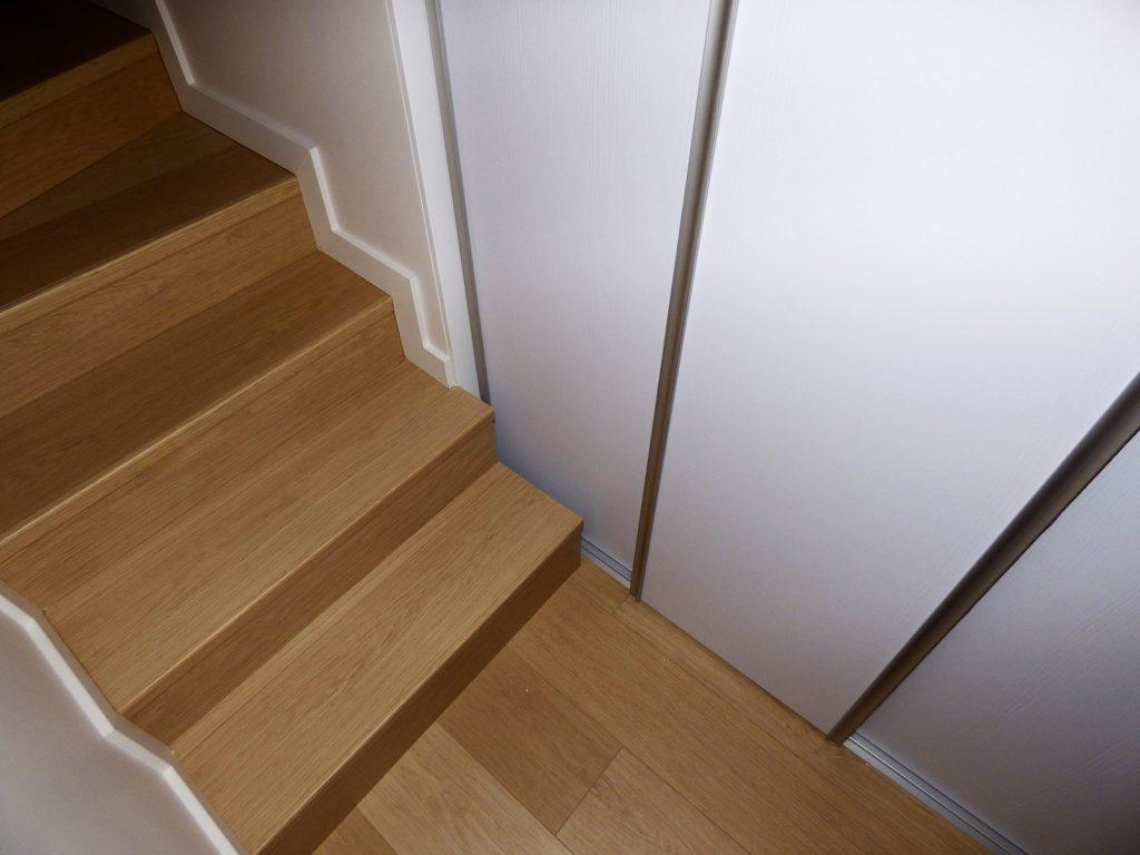 Habillage d'un escalier en parquet et pose de portes de placard coulissantes