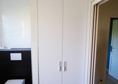 Réalisation d'un espace fermé pour les machine à laver et sèche-linge avec pose de portes de placard battantes