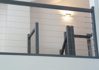 Modification d'un escalier, ponçage et mise en peinture d'un escalier en chêne, et réalisation d'un garde-corps contemporain