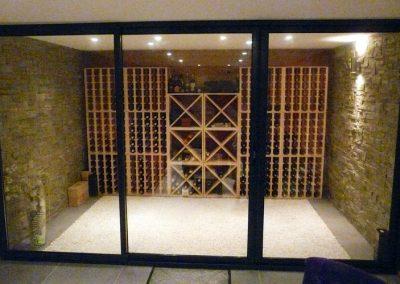 Réalisation d'un carnotzet composé d'un espace de conservation et présentation des bouteilles et d'un salon-fumoir